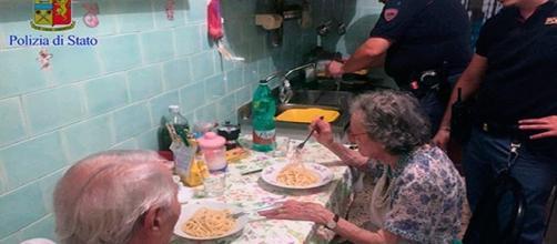 Mientras esperaban una ambulancia los policías prepararon la cena a la pareja de ancianos. (Foto: Facebook)