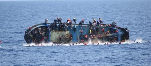 Migranti: le immagini di un naufragio a largo delle coste italiane.
