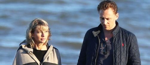 Taylor surpreendeu ao aparecer com cabelo cacheado