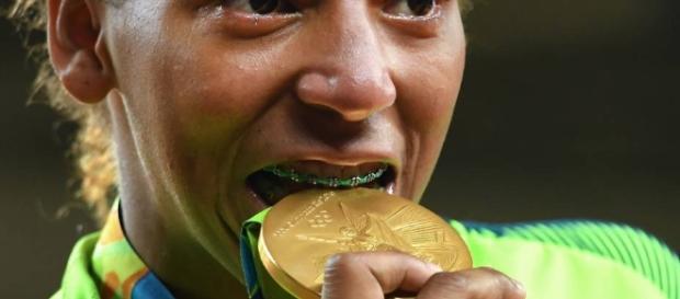 A judoca Rafaela Silva comemora conquista do ouro na Rio 2016