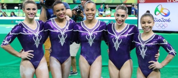 Atletas da seleção feminina de ginástica artística comemoram classificação para a final por equipes. (Foto: Ricardo Bufolin /CBG)