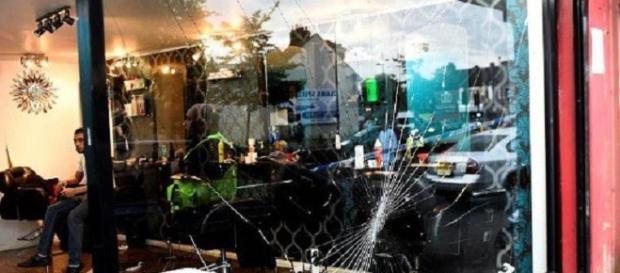 O bandă de români a devastat o frizerie din Luton