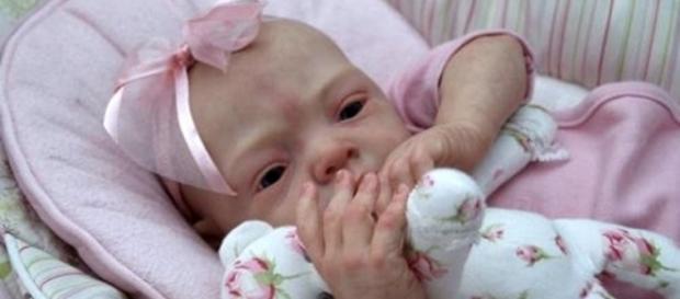 Policial se engana e faz salvamento de boneca, pensando se tratar de um bebê.