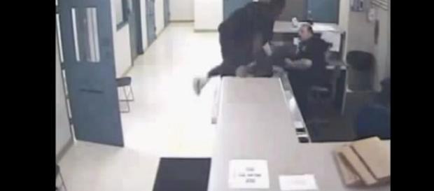 Vídeo mostra preparo de policial ao imobilizar agressor e detê-lo