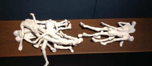 Esculturas a escala de figuras antopomórficas en cada rincón del Museo de Bellas Artes