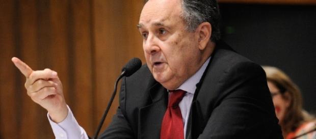 Senador Cristovam Buarque é obrigado a encerrar sessão