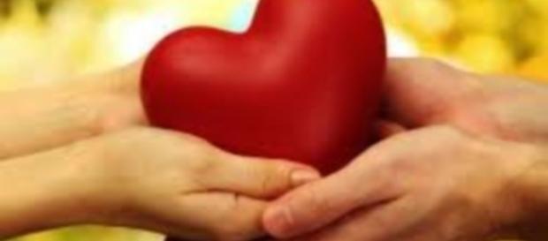 A umidade nas mãos é um dos sinais que o corpo emite quando uma pessoa está apaixonada