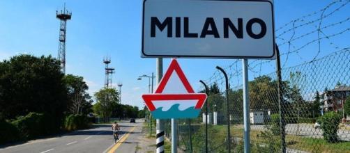In moto a tre e senza casco, il video girato Milano diventa virale.