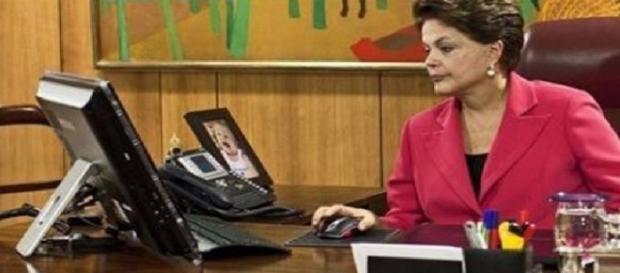 Dilma usa computador no Palácio do Planalto - Imagem: Google
