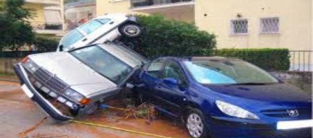 Macchine distrutte dall'alluvione in Grecia.