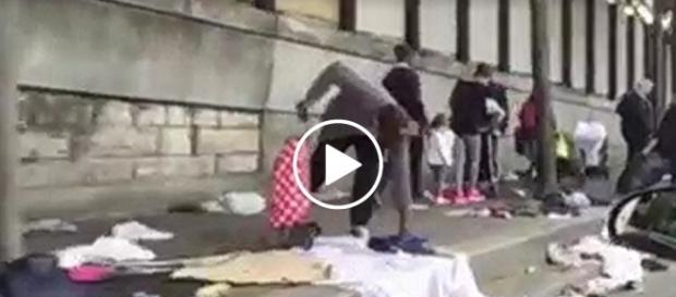 Na nagraniu widać masę śmieci i starych ubrań zalegających na chodniku.