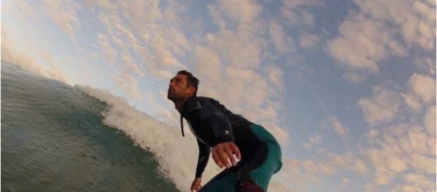 Pratique du surf, substituer une jambe amputée par une prothèse pour surf