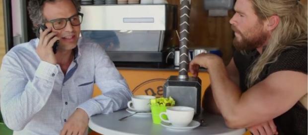 """Thor e Bruce Banner conversam em um café enquanto seus companheiros se enfrentam em """"Guerra Civil"""""""