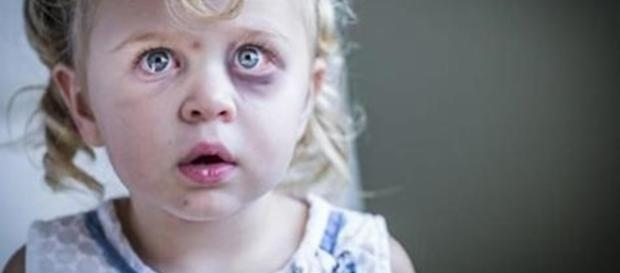 Foto simulação   Criança liga para a polícia