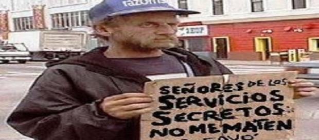 Mendigo pidiendo a los servicios secretos que no le maten.