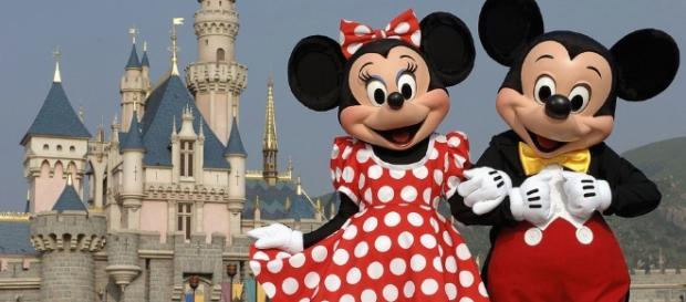 Minnie e Mickey; ao fundo, o castelo da Cinderela