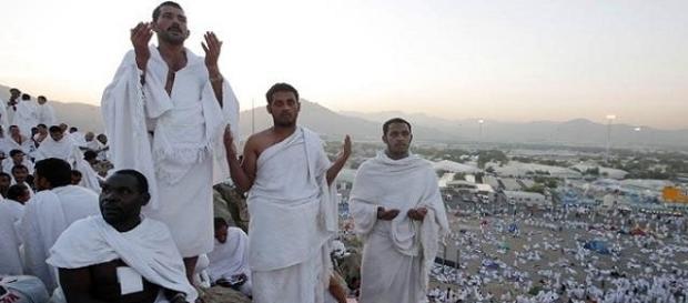Pellegrini con obbligatorio abito rituale costituito da due teli bianchi senza cuciture