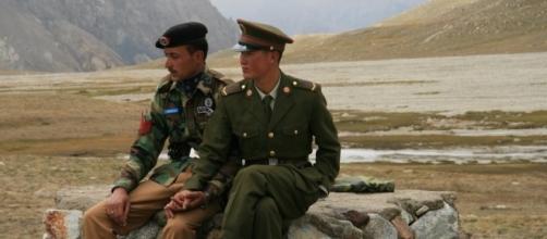 A Pakistani and Chinese border guard at Khunjerab Pass / Photo via Anthony Maw, Own work