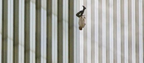 La historia de 'The Falling Man', una de las fotografías más ... - elperiodicoextremadura.com