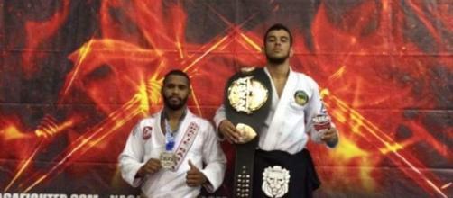 Mathews conquistou o seu primeiro cinturão na categoria peso leve pelo NAGA.