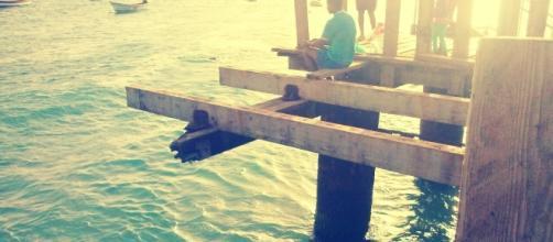 Pescador sentado en el muelle de Santa María, en Cabo Verde.