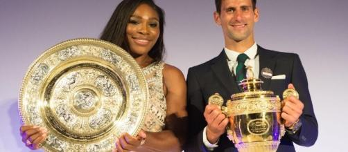Serena Williams e Novak Djokovic con i trofei di Wimbledon