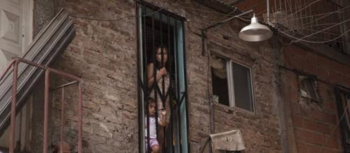 Una mujer con su hijo en Villa 31