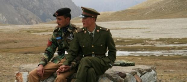 A Pakistani and Chinese border guard at Khunjerab Pass / Photo via Anthony Maw, Own work