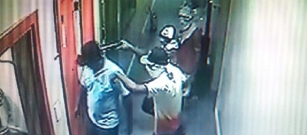 Bandidos apontam arma para a cabeça do porteiro