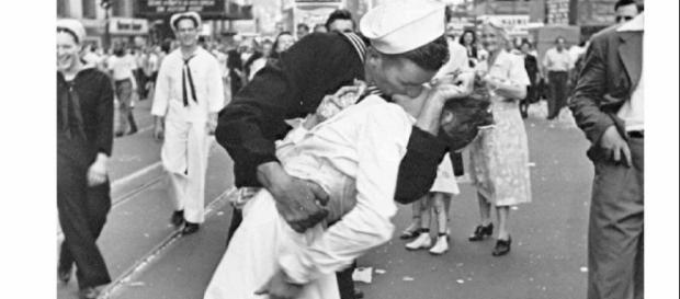 Foto da ex-enfermeira norte-americana Greta Friedman sendo beijada pelo marinheiro George Mendonsa