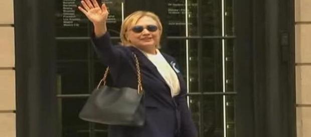 Hillary Clinton salutând mulțimea la scurt timp după colapsul suferit în timpul ceremoniilor de comemorare a victimelor atentatelor din 11 septembrie