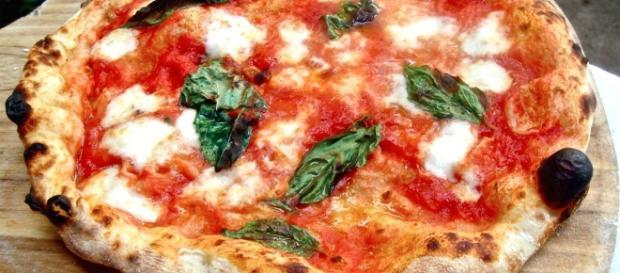 La pizza Margherita cotta nel forno a legna.