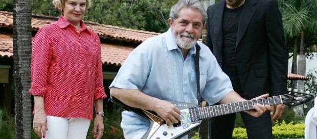 Lula e guitarra doada - Foto/Divulgação