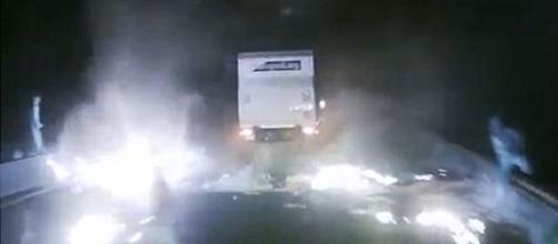 I camionisti inglesi avanzano tra le fiamme nel terrore di Calais