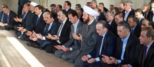 Il presidente siriano Bashar al-Assad prega a Daraya, è l'inizio simbolico della tregua