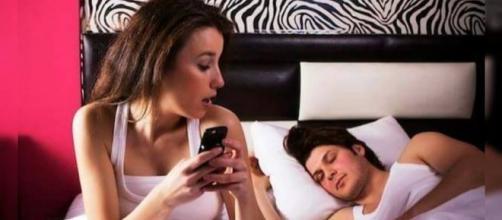 Invadir celular do marido é crime!