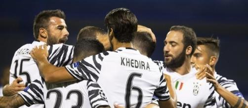 L'abbraccio dei giocatori bianconeri dopo la vittoria in trasferta sulla Dinamo Zagabria