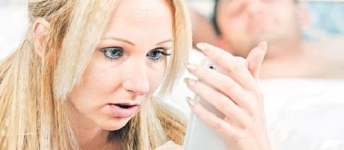 Mexeu no celular do marido e não gostou do que viu.