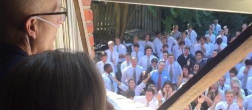 VÍDEO emocionante mostra alunos cantando sob a janela do quarto (crédito: Zero Hora)