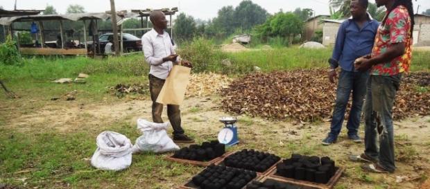 Cameroun : Nandou Tenkeu Müller présente le charbon écologique issu du recyclage d'ordures ménagères. Crédit Photo: Mathias Mouendé Ngamo