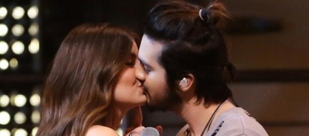"""O cantor deu um """"beijaço"""" na atriz"""