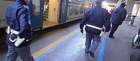 Aggrediscono donna incinta sul treno Brescia-Milano: arrestati due malviventi.