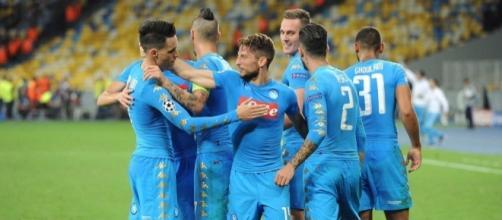 I giocatori del Napoli festeggiano Milik dopo il goal contro la Dinamo Kiev - footyheadlines.com