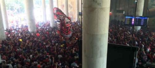 Torcida do Flamengo faz festa em aeroporto do Rio de Janeiro