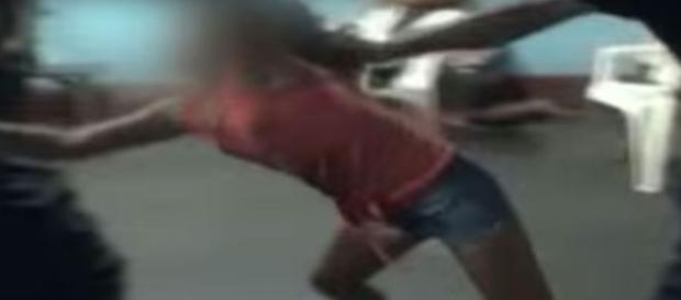 Garota tenta agredir fiél no interior da igreja (Latina Noticias/ Youtube)