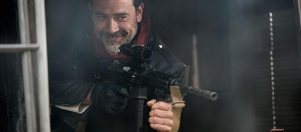 O temido Negan empunhando sua arma