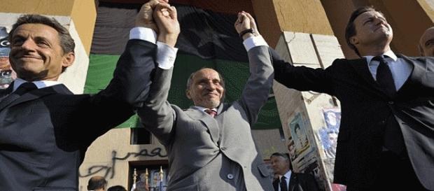 Accueil triomphal de Sarkozy et Cameron, à Benghazi. Depuis, Abdeljalil (au centre) est réfugié en Tunisie
