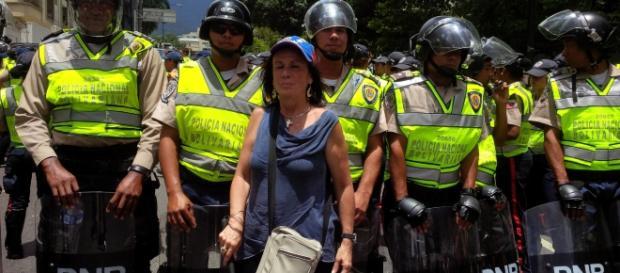 Ana González posando con los policías que custodiaban la marcha del 16S