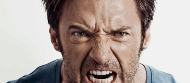 Las personas autodestructivas generalmente reaccionan con agresividad.