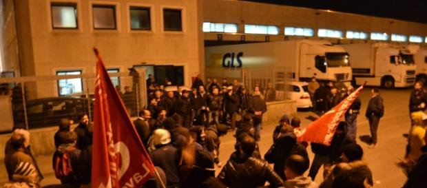 Riprende la protesta dei lavoratori davanti ai cancelli della Gls - ilpiacenza.it